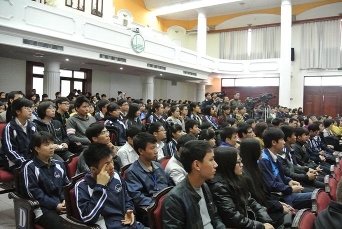 Các sinh viên lắng nghe bài phát biểu của Đại sứ