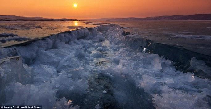 Các vết nứt được tạo ra do sự giãn nở của băng trên hồ do thay đổi nhiệt độ