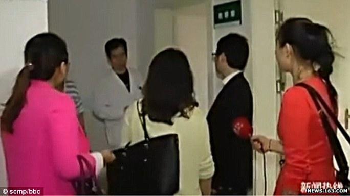 Các cô gái đến bệnh viện thăm Yuan. Ảnh: SCMP
