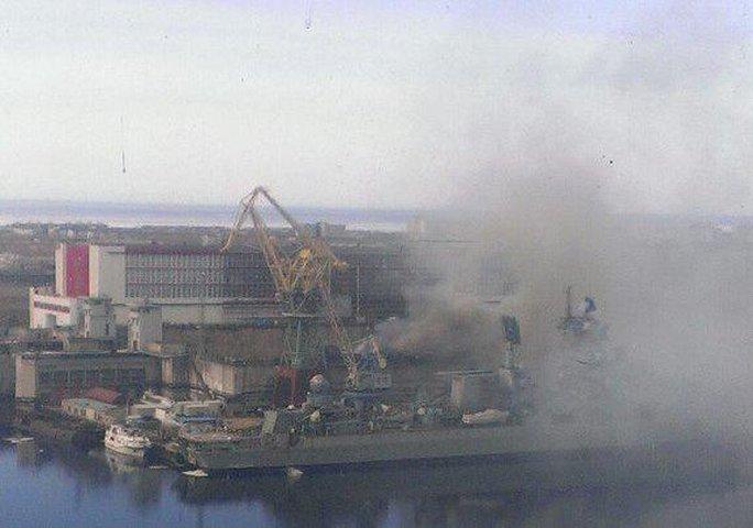 Con tàu bốc cháy hôm 7-4. Ảnh: Twitter