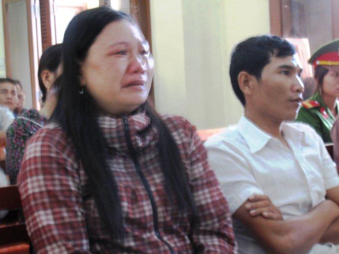 Bà Ngô Thị Tuyết òa khóc khi nghe trên thi thể em mình có quá nhiều vết thương do công an gây ra
