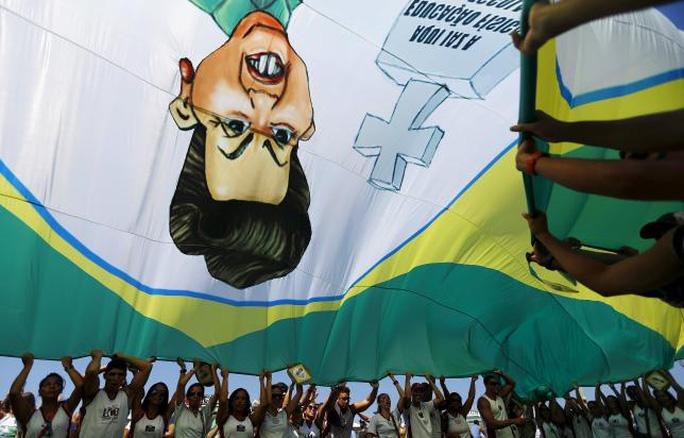Người biểu tình tập trung ở bãi biển Copacabana, TP Rio de Janeiro. Ảnh: Reuters