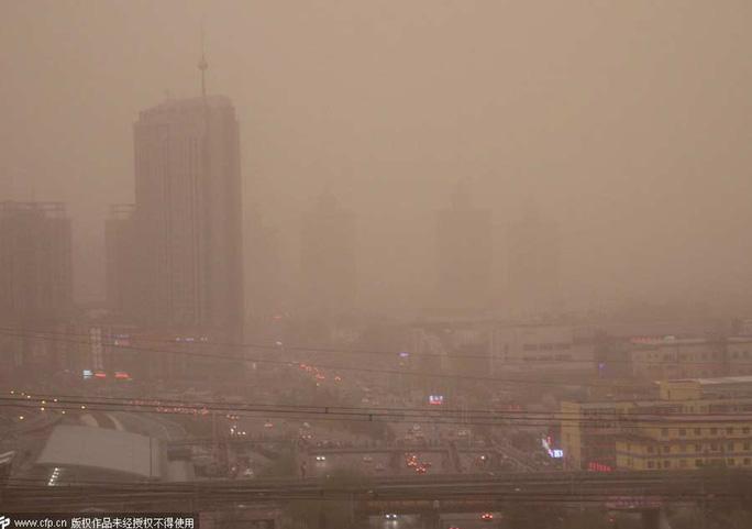 Nhiều tòa nhà cao tầng bị khuất sau lớp bụi màu cam. Ảnh: China Daily