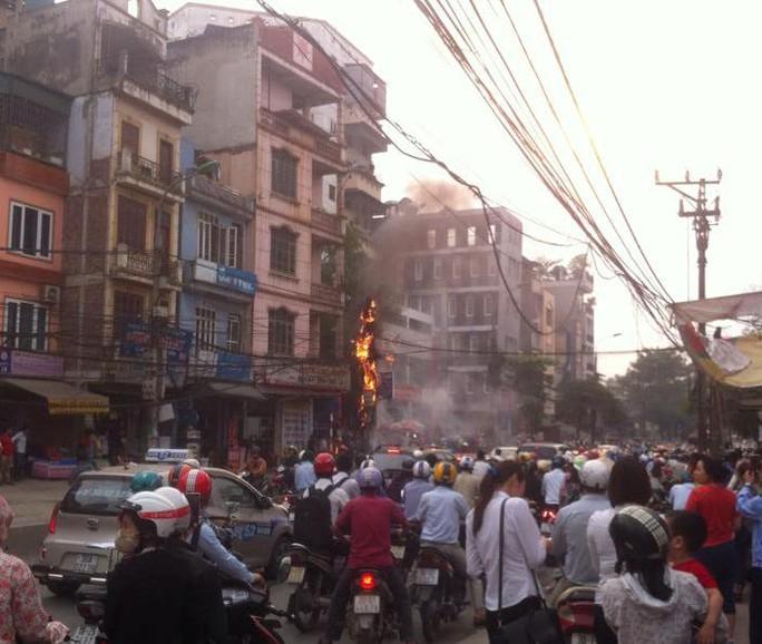 Đông đảo người dân đứng xem vụ cháy
