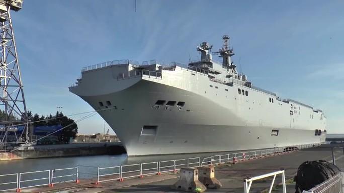 Tàu Sevastopol lớp Mistral đậu tại cảng Saint-Nazaire của Pháp. Ảnh: Ruptly TV