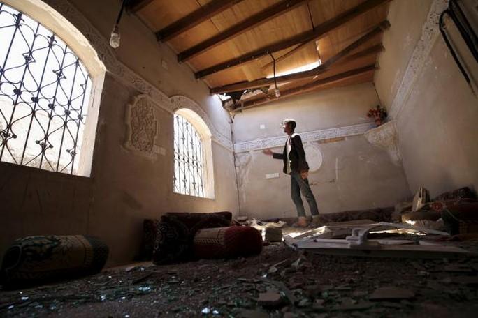Ngôi nhà của một người đàn ông bị phá hủy gần thủ đô Sanaa. Ảnh: Reuters