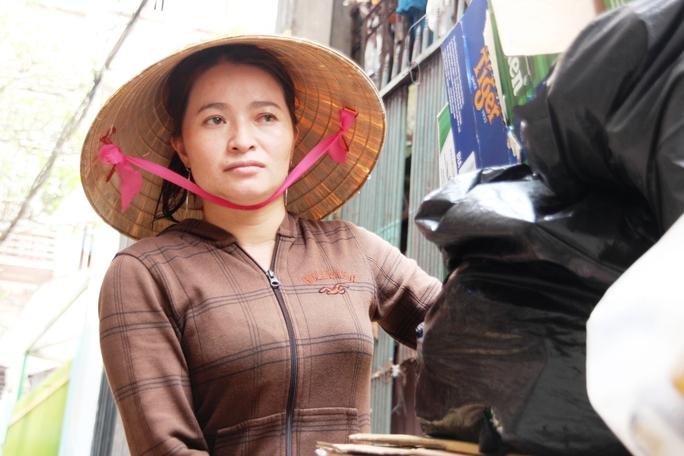 Dù sắp trở thành tỉ phú, nhưng chị Hồng quyết không bỏ nghề ve chai gắn bó với mình hơn chục năm qua.