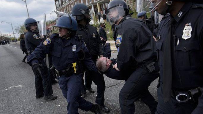 Cảnh sát đưa người biểu tình bị thương tới bệnh viện. Ảnh: BBC