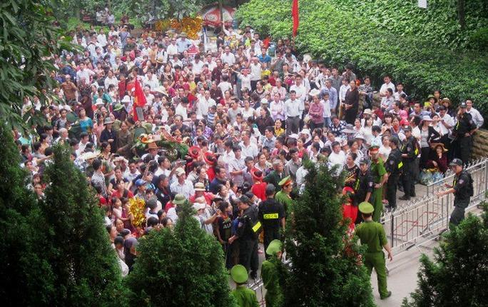 Hàng vạn người dân chờ lên núi Nghĩa Lĩnh trước hàng rào bảo vệ, công an giữ an ninh trật tự