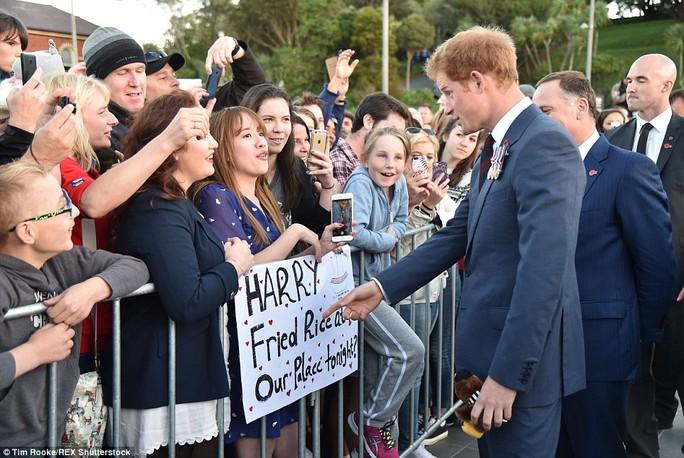 Một đám đông tụ tập bên ngoài hàng rào sân bay để gặp mặt hoàng tử. Ảnh: AAP