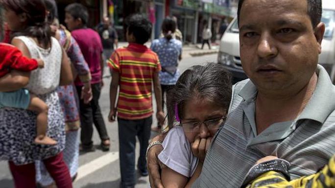 Người dân nepla đổ ra đường vài phút sau trận động đất 7,3 độ Richter ập vào khu vực miền Trung hôm 12-5. Ảnh: Reuters