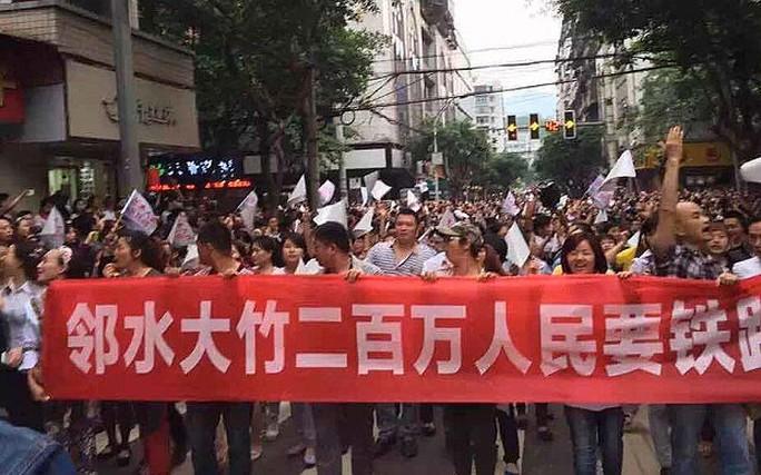 Hàng nghìn người dân tuần hành ôn hòa trên đường phố. Ảnh: Telegraph
