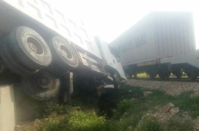 Chiếc xe tải hư hỏng nặng nằm sát đường sắt Bắc - Nam