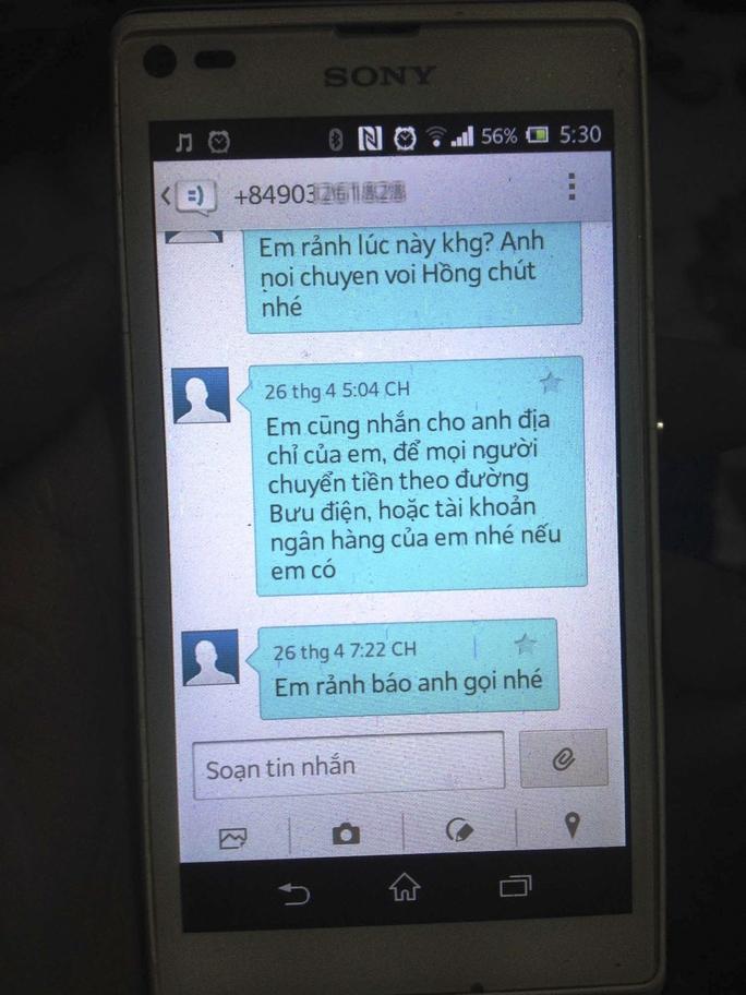 Không ít người nhắn tin đến chị Hồng để xin số tài khoản ngân hàng nhằm lừa gạc - ảnh: LÊ PHONG