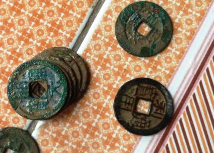Đồng tiền hình tròn có lỗ vuông và khắc chữ Trung Quốc