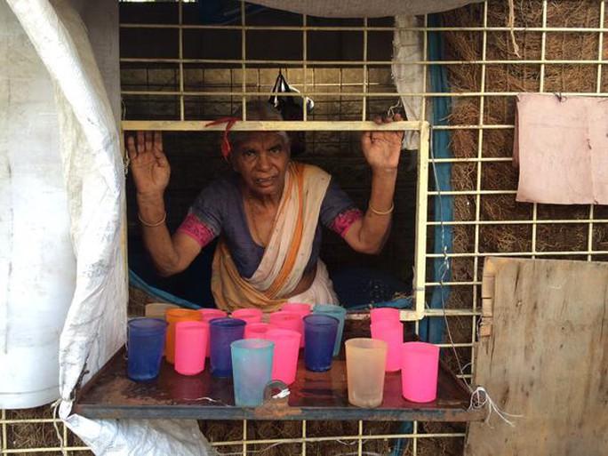 Người phụ nữ bán quán này bán được 800 lít nước mỗi ngày. Ảnh: CNN