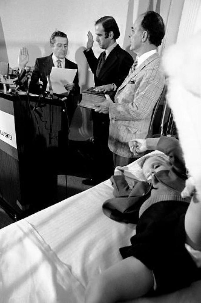Ông Biden tuyên thệ nhậm chức vào Thượng viện cạnh giường bệnh con trai năm 1973. Ảnh: Twiiter