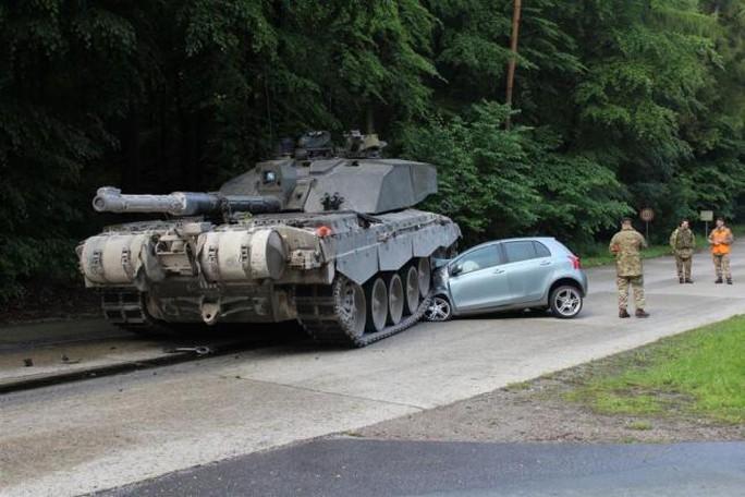 Tuyến đường cô gái 18 tuổi gặp nạn thường có các xe tăng di chuyển qua lại nhưng người dân địa phương vẫn dùng làm con đường tắt để tiết kiệm thời gian. Ảnh: UPI
