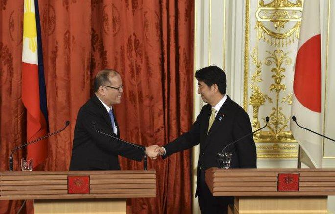 Tổng thống Philippines Benigno Aquino (trái) bắt tay Thủ tướng Nhật Bản Shinzo Abe tại Tokyo hôm 5-6. Ảnh: Reuters