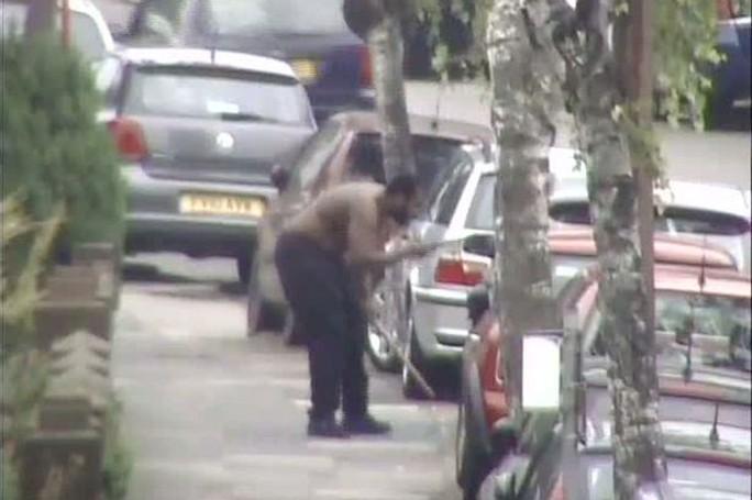 Salvador đe dọa 2 người ngồi trong một chiếc xe hơi trước khi xông vào nhà bà Silva chặt đầu nạn nhân. Ảnh: MET POLICE