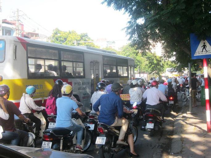 Vì vậy, một số tuyến đường Cầu Giấy, Xuân Thủy, Nguyễn Phong Sắc tại quận Cầu Giấy… bị ùn tắc nghiêm trọng