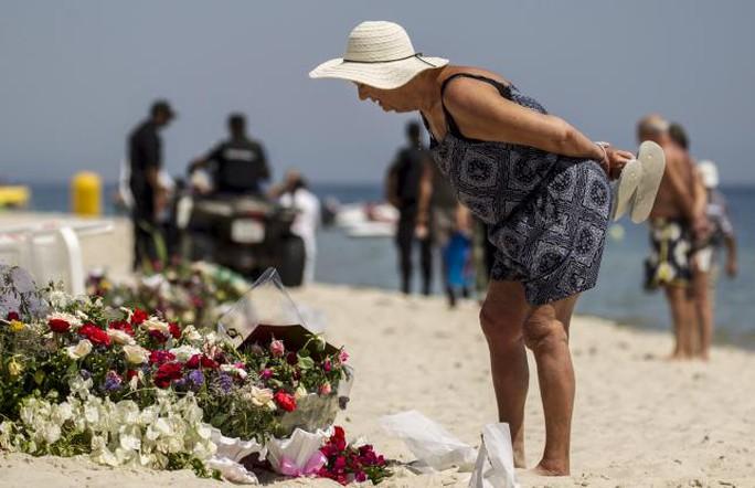 Du khách đặt hoa tưởng niệm gần hiện trường vụ tấn công khách sạn Imperial Marhaba. Ảnh: Reuters