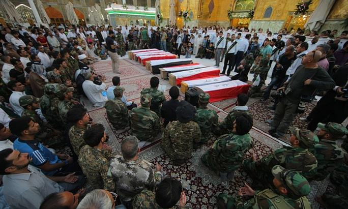 10 binh sĩ Iraq bị giết ở trại Speicher tháng 6-2014. Ảnh: AP