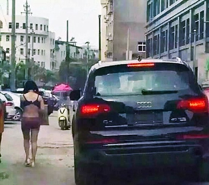 Anh chồng tên Zhang lái ô tô theo sau. Ảnh: Daily Mail