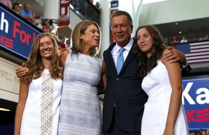 Thống đốc bang Ohio John Kasich chụp cùng vợ và 2 con gái. Ảnh: Reuters