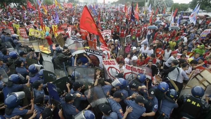 Khoảng 4.000 người biểu tình trước bài phát biểu của Tổng thống Aquino. Ảnh: AP