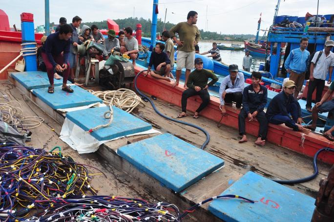 Các ngư dân trên tàu QNg 90127 TS thần thờ sau sự việc bị tàu Trung Quốc tấn công