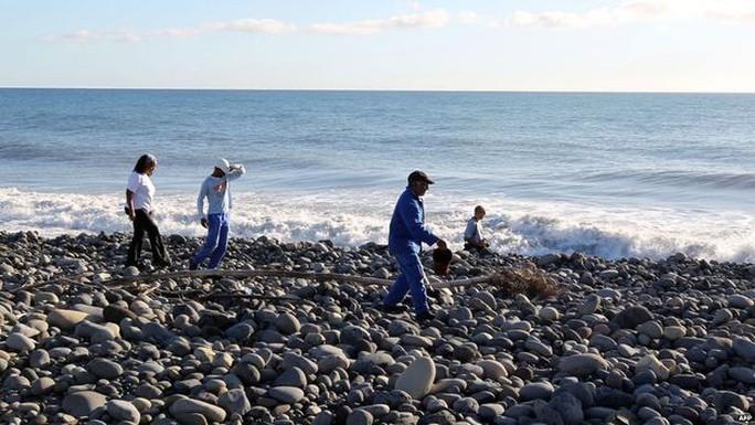 Đội tìm kiềm rà soát các bãi biễn trên đảo Reunion. Ảnh: BBC