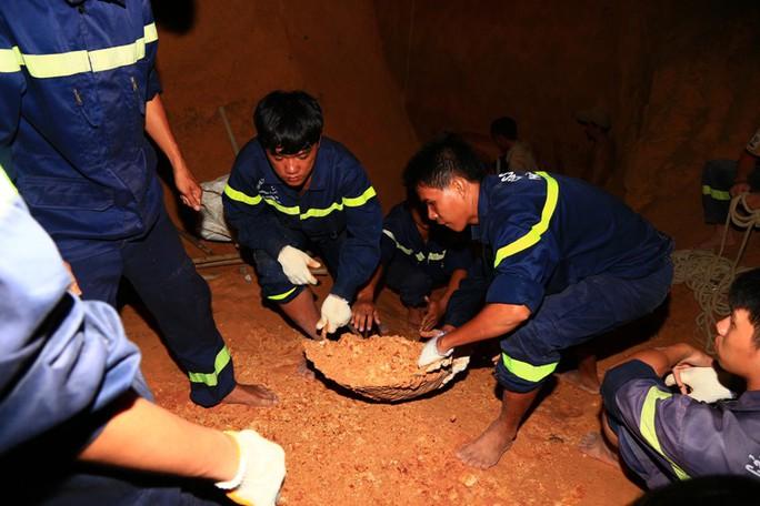 Thợ giếng đào đất còn chiến sỹ vận chuyển đất lên