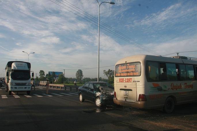 Hiện trường vụ tai nạn cho thấy tầm nhìn không bị che khuất, xe khách đã quay đầu xe và di chuyển gần qua phía bên kia đường