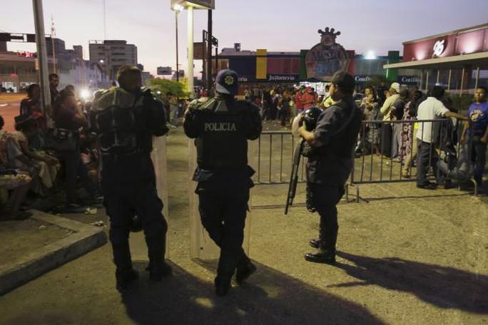 Quân đội tuần tra tại các siêu thị. Ảnh: Reuters