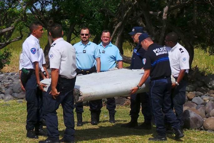 Phần cánh phụ dạt vào đảo Reunion (Pháp) đã được các chuyên gia xác nhận là cánh phụ chiếc MH370. Ảnh: Reuters