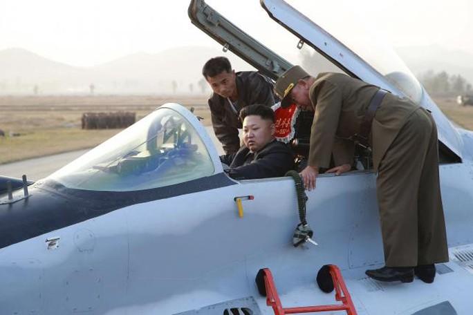 Ông Kim Jong-Un ngồi máy bay chiến đấu. Ảnh: KCNA