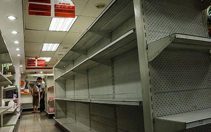 Kệ hàng siêu thị ở Venezuela trống trơn. Ảnh: The Telegraph
