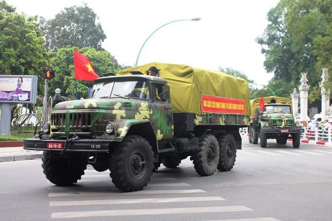 Xe quân dụng kéo dài hàng trăm mét trên đường Thanh Niên