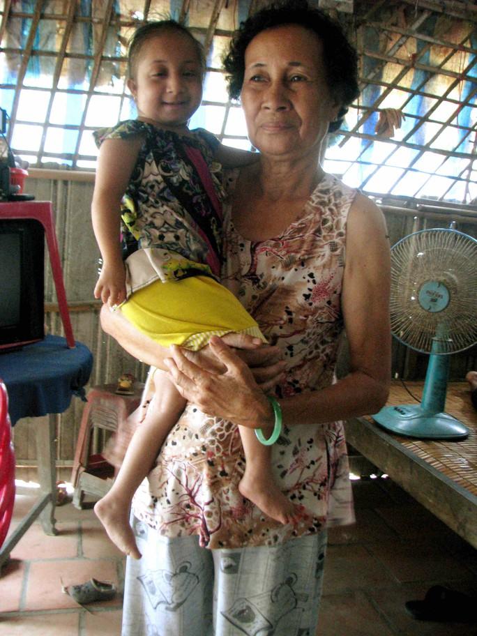 14 năm qua, Ly sống với bà ngoại trong căn nhà rách nát. Ảnh: Sông Hậu