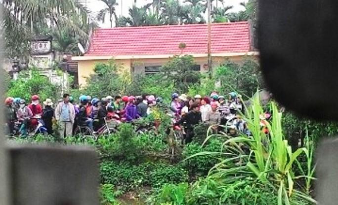 Rất đông người dân kéo đến chứng kiến vụ việc, ai cũng bức xúc và bàng hoàng trước hành vi tàn tộc của Mai Thị Vóc