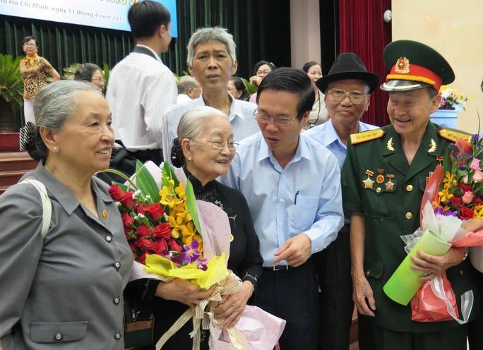 Phó Bí thư Thường trực Thành ủy TP HCM Võ Văn Thưởng (thứ 3, từ phải sang) thăm hỏi quân dân y chiến khu Đ năm xưa