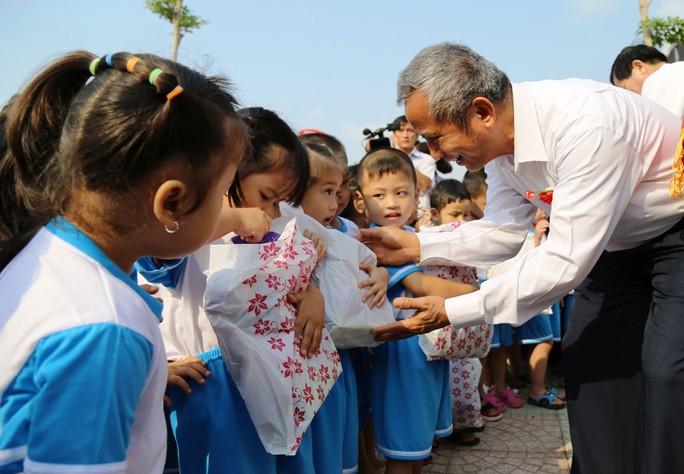 Ông Đặng Ngọc Tùng, Chủ tịch Tổng LĐLĐ Việt Nam, tặng quà cho con công nhân tại Trường Mầm non 28-7