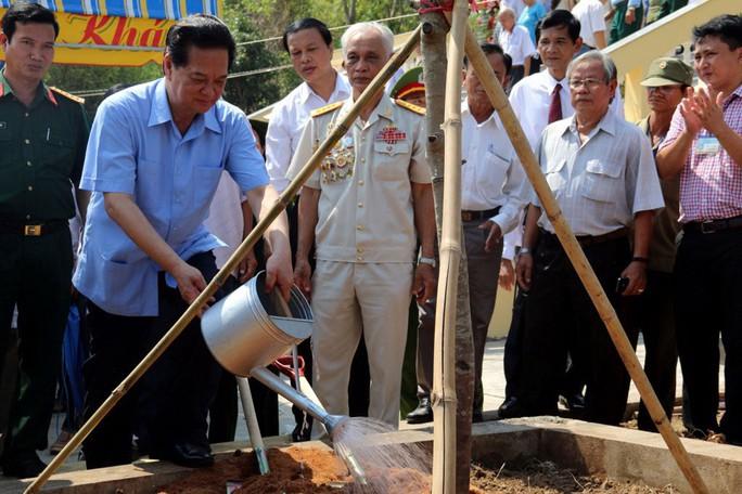 Thủ tướng Nguyễn Tấn Dũng trồng cây lưu niệm tại Khu Di tích lịch sử quốc gia Ba Hòn