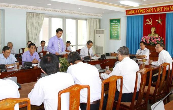 Đồng chí Phạm Văn Ru, Ủy viên Ban TVTU, Trưởng ban Tổ chức Tỉnh ủy đọc các quyết định về điều động cán bộ