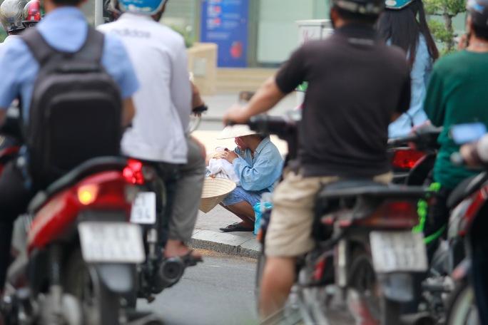 Gần đây người ăn xin còn núp bóng bán dạo - cảnh thường thấy ở các ngã tư khu trung tâm