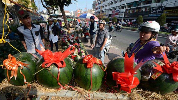 Một cửa hàng bán dưa hấu khắc hình nghệ thuật trên đường Phan Đăng Lưu chào mời giá 190.000 đồng/quả nhưng vẫn không có người mua - Ảnh: Thanh Tùng