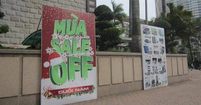 Trong khi những tấm biển quảng cáo cho dịp cuối năm 2014 vẫn còn đặt bên ngoài. Ảnh: Nguyễn Thảo