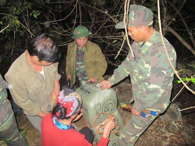 Bộ đội Biên phòng tỉnh Lạng Sơn và Bộ Tư lệnh Bộ đội Biên phòng bắt hàng lậu từ Trung Quốc đang vận chuyển về Việt Nam qua đường mòn biên giới  Ảnh: VĂN DUẨN
