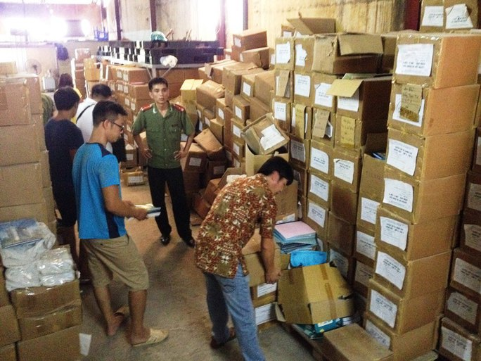 Đoàn liên ngành kiểm tra số sách lậu có dán tem nhái tem chống giả